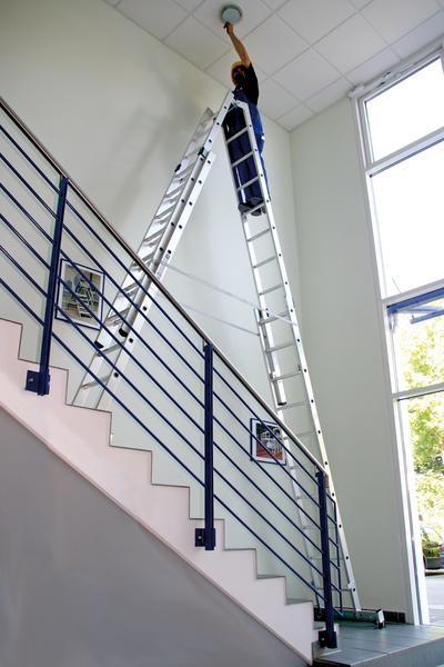 Aluminium-Stehleiter vierteilig, treppengängig mit nivello®-Traversen